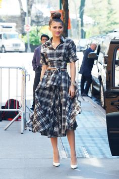 Zendaya con il suo abito check a New York. 22 aprile 2015.  -cosmopolitan.it