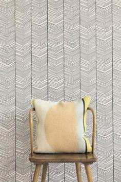 Smukt tapet med det fineste sildebens mønster i sort/hvid. Det giver en rigtig god effekt på væggen, og matcher smukt tidens tendenser.     Mål: L10,05 meter pr. rulle. Bredde 0,53 meter. Materiale: Kvalitetstapet printet på WallSmart.