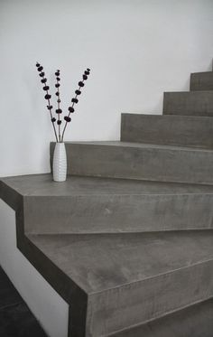 Die Betontreppe wirkt im Kontrast mit der weißen Wand und durch ihre Einfachhei. The concrete staircase contrasts with the white wall and is very modern thanks to its simplicity. Concrete Staircase, Modern Staircase, Staircase Design, Concrete Steps, Concrete Floor, Interior Stairs, Interior And Exterior, Architecture Résidentielle, Escalier Design