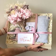 Un regalo ideal no solo para celebrar la llegada del bebé , sino también para felicitar a la mamá. Baby Gift Box, Baby Box, Mom Baby, Mother's Day Gift Baskets, Gift Hampers, Basket Gift, Raffle Baskets, Spa Gifts, Party Gifts