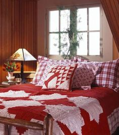 A Michigan lake home welcomes family gatherings with its timeless style.  Love this quilt!