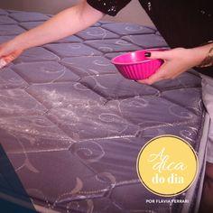 Veja como limpar colchão a seco, em casa, usando o bicarbonato de sódio. Este processo tira manchas e odores do colchão de uma forma muito fácil e eficiente. Confira o passo a passo explicado por Flávia Ferrari.