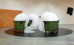 Armelle Caron > Une sculpture de mousse de Michel Blazy