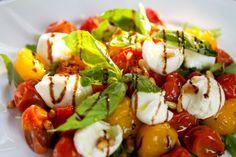 Salát z pečených cherry rajčátek Russian Recipes, Caprese Salad, Salads, Fresh, Yum Yum, Arizona, Food, Essen, Meals