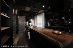 利用狹長的廊道擺放長形餐桌成為餐廳區,天花板也以鐵網、鐵架和木片,帶來多變的空間表情。