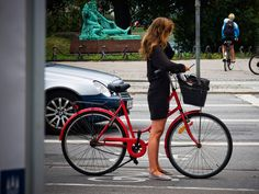 I've gotta trade in my bike for one like this. I love how European women dress for bike riding. Urban Bike, Urban Cycling, Bike Wallpaper, Female Cyclist, European Girls, Cycle Chic, Commuter Bike, Bike Rider, Bicycle Girl