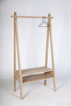 Today I propose a piece of furniture characterized by essential lines, a triumph of Scandinavian minimalism handcrafted in oak wood by the Danish designer Viktor Rolf Olesen. Wood Furniture, Furniture Design, Ideias Diy, Wood Design, Home Projects, Woodworking Projects, Shelving, Hanger, Room Decor