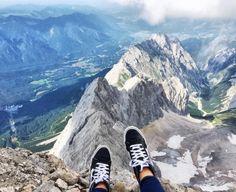 Einmal so richtig in die Tiefe blicken ist deine absolute Herausforderung? Fahr mit der Seilbahn auf die Zugspitze und ziehe es durch.