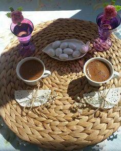 Hasır servis ile kahve sunumu