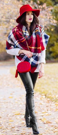 large plaid scarf with frayed hem, classic chic look Cozy Winter Outfits, Winter Wear, Autumn Winter Fashion, Winter Style, Vogue, Winter Mode, Poncho, Street Style, Models