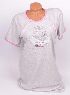 Сива памучна нощница за кърмачки обточена с розов кант на деколтето и ръкавите. В предната част е с апликация - мече и облак. Нощницата е с дължина до коляното и е с къси ръкави. Копчета от двете страни на деколтето за улеснение при кърмене.