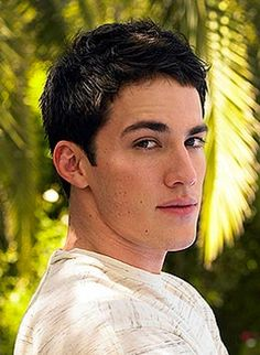 i have a weakness for men with dark eyes and dark hair (: