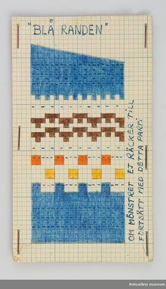 Avlång handtillverkad mönsterritning för mönstret Blå Randen av Anna-Lisa Mannheimer Lunn från Bohus Stickning. Mönstret är uppritat i bläck och färglagd med pastell- eller vaxkrita på blårutat millim