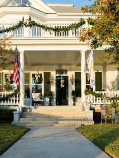It's time for the Lowe's Holiday makeover reveal! Don't miss this elegant and classic holiday front porch in the historic waterfront town of Beaufort NC.