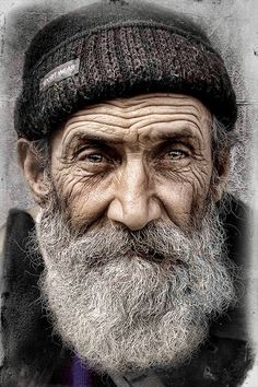 Capturing stunning portrait images is not all that difficult. If you know the right poses to use, you can capture some terrific portrait shots. Old Man Portrait, Foto Portrait, Portrait Art, Drawing Portraits, Photo D Art, Foto Art, White Photography, Portrait Photography, Photography Lighting