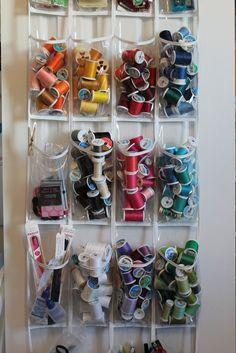 Separe por cor e guarde todo o seu material de costura. | 22 maneiras simples de organizar toda a sua vida