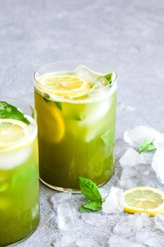 10 minute Matcha Basil Lemonade is a refreshing summer drink sweetened with honey! This healthy beverage is paleo and full of antioxidants. Strawberry Basil Lemonade, Honey Lemonade, Flavored Lemonade, Homemade Lemonade Recipes, Blueberry Lemonade, Matcha Lemonade Recipe, Healthy Lemonade, Strawberry Desserts, Low Carb Cocktails