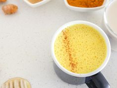 """Kurkuma-Latte ist nicht nur ein Trendgetränk, die """"goldene Milch"""" wirkt auch entgiftend und verdauungsfördernd und soll so beim Abnehmen helfen. Das beste Rezept"""