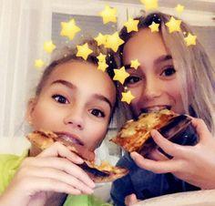 Lisa and Lena eating pizza🍕