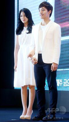 韓国・ソウルのグラッド・ホテル・ヨイド(GLAD Hotel Yeouido)で行われた、韓国放送公社(KBS)の新ドラマ「オレンジ・マーマレード Orange Marmalade 오렌지 마말레이드」の制作発表会に臨む、俳優のヨ・ジング(右)とガールズグループ「AOA」 のソルヒョン(2015年5月12日撮影)。(c)STARNEWS ▼20May2015AFP|新ドラマ「オレンジ・マーマレード」の制作発表会、ソウルで開催 http://www.afpbb.com/articles/-/3049304 #김설현 #金雪炫 #Kim_Seolhyun #여진구 #呂珍九 #Yeo_Jin_goo
