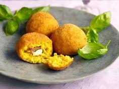 Gefrituurde rijstballetjes - Libelle Lekker! Cornbread, Italian Recipes, Veggies, Peach, Sweets, Snacks, Fruit, Breakfast, Ethnic Recipes
