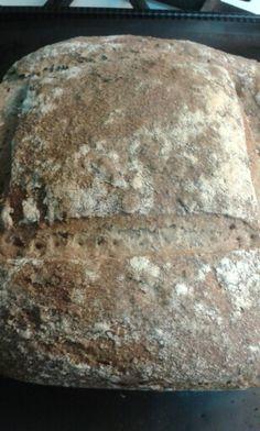 Hogaza de centeno y trigo integral, con semillas de lino, calabaza, sésamo y chia.