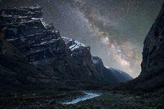 """Sulla valle Mardi Khola – nell'Himalaya - scorre un fiume di stelle. La foto a lunga esposizione è stata scattata in Nepal e pubblicata sul sito del National Geographic, nella sezione """"My Shot"""", nell'agosto 2011. La densa striscia di stelle non è altro che la nostra galassia vista in due dimensioni: la Via Lattea."""