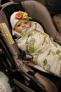DIY Baby Subway wrap costume How cute is this bub Just stick a couple of felt vegetable shapes to a baby beanie Check out this list of Halloween costumes for kids Left it to the last minute Dont worry Ive got you A Visual Merriment Diy Halloween, Halloween Mignon, Halloween Infantil, Baby Halloween Costumes For Boys, Baby Girl Halloween Costumes, Costumes Kids, Funny Boy Costumes, Baby Boy Costumes, Halloween Makeup