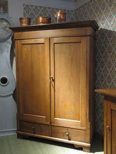 Tummanruskea talonpoikaisvaatekaappi 1800 - luvulta.