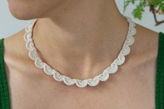 Simple and beautiful crochet necklace Fabric Jewelry, Art Deco Jewelry, Jewelry Crafts, Handmade Jewelry, Craft Accessories, Crochet Accessories, Simple Necklace, Diy Necklace, Collar Necklace