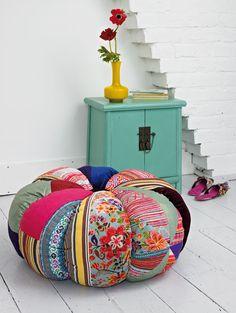 Cojín de patchwork con piezas imitando gajos de fruta, de  Plumo .    #Esmadeco.