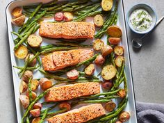 A complete sheet pan dinner that feeds 4 people in just 40 minutes? It doesn't get much better than this fuss-free dinner prep method.... Seafood Dishes, Seafood Recipes, Dinner Recipes, Cooking Recipes, Pan Cooking, Healthy Snacks, Healthy Eating, Healthy Recipes, Alkaline Recipes