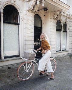 1,168 vind-ik-leuks, 28 reacties - Anouk Yve (@anoukyve) op Instagram: 'Platinum blonde pulling a Tour de France  #bicyclegirl'