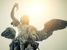 Liberte-se dos males da vida moderna com a oração de São Miguel Arcanjo. Livre-se de pensamentos negativos, relacionamentos destrutivos e outros males.