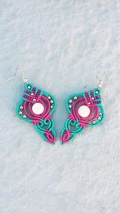 Aretes de macrame micro llamados Arielle - joyería artesanal de verano con cuarzo rosa