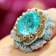 ジュエリー>>素材や国にとらわれないミックス感あふれる多彩なデザインを提案するブランドです。>> Vivid Paraiba Tourmaline and Diamond Ring Tourmaline Jewelry, Gemstone Jewelry, Diamond Jewelry, Tanzanite Jewelry, Tanzanite Gemstone, High Jewelry, Luxury Jewelry, Bling, Schmuck Design