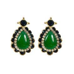 Brincos com base de metal (dourado), pedras na cor verde esmeralda e detalhes em strass. R$85.