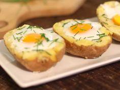 Pečené plnené zemiaky s vajíčkom sú jedlom, ktoré ľahko pripravíte. Jedlo je chutné, jednoduché a zdravé. Je to vynikajúci recept, ktorý je vhodný na raňajky alebo na brunch.