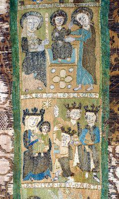 DI 76 (Lüneburger Klöster) Kloster Ebstorf 2. V. 14. Jh.    Signatur: DI 76, Nr. 11    Schürze für die Mauritiusfigur.1) Seidenstickerei auf Leinen, Brokat. Die Schürze wird im Tresorraum aufbewahrt. In der Mitte ein Stab mit fünf gestickten Darstellungen übereinander, die jeweils durch Bildbeischriften auf Stegen über den Feldern gekennzeichnet sind.