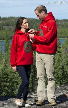 Toujours au Canada, le Duc et la Duchesse de Cambridge optent pour un doublon de sweatshirts rouges. Retour au collège !
