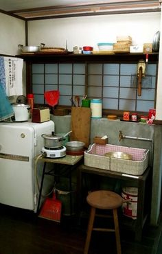 キッチン レトロ - Google 検索 Apartment Interior, Room Interior, Interior And Exterior, Kitchen Styling, Kitchen Storage, Modern Japanese Interior, Deco Boheme, Kitchen Office, Japanese Architecture