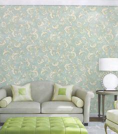 O papel de parede Kantai com arabescos tem cores leves e suaves, trazendo uma sensação de conforto e harmonia com seus tons de verde claro e creme. Ótima combinação para uma decoração clássica com móveis e acessórios em tons claros e design vintage.