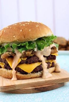 Fried Pickle Double Cheeseburgers with Big Mac Sauce (Hamburger Sandwich Recipes) Burger Dogs, Burger Bar, Good Burger, Beef Burgers, Veggie Burgers, Burger Recipes, Copycat Recipes, Beef Recipes, Cooking Recipes