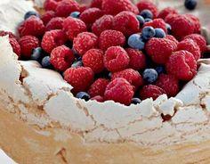 Enkeltenkakku 10 annosta valmistusaika 1,5 tuntia Valmista kakku edellisenä päivänä. Erottele keltuaiset valkuaisista. Ole tarkka, ettei keltuaista joudu valkuaisten joukkoon. Mittaa keltuaiset kattilaan ja valkuaiset puhtaaseen lasi- tai teräskulhoon. Valkuaiset eivät vaahtoudu, jos kulho on rasvainen tai joukossa on hiukankin keltuaista. Mittaa keltuaisten kanssa kattilaan sokerit, sitruunan raastettu kuori ja mehu. Kuumenna aineksia koko ajan …