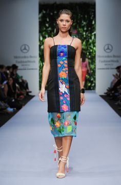 Vestido de fiesta en color negro con bordados artesanales y detalle de transparencia en la falda - Foto Mercedes Benz Fashion Week México