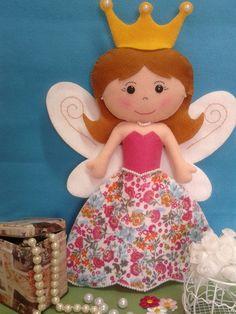 Linda princesa fada confeccionada em feltro com aplicação de pérolas e bordados. Serve como decoração de quartos e festas infantis. Enchimento acrílico. R$ 59,00