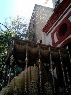 Lluvia de pétalos para la salida de la Virgen de los Angeles. Hermandad de Los Negritos. Semana Santa Sevilla 2014