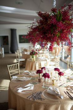 Striking table setting of gold and red. Photo: Kaua Photography