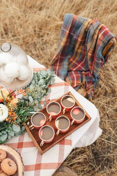 25 Thanksgiving Table Setting Ideas Your Guests Will Love These Thanksgiving table setting ideas will make your tables look so festive this holiday season! Here are the best Thanksgiving table decorations to try! Halloween 2018, Fall Halloween, Herbst Bucket List, Comida Picnic, Fall Inspiration, Fall Picnic, Thanksgiving Table Settings, Outdoor Thanksgiving, Thanksgiving Countdown