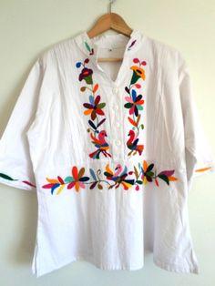 Hermosa blusa Otomi. Color blanca y con brillantes bordados multicolor. Bordada a mano.